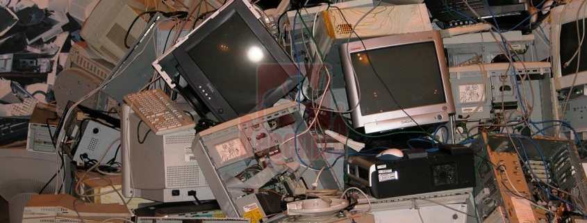 Basura electrónica amontonada